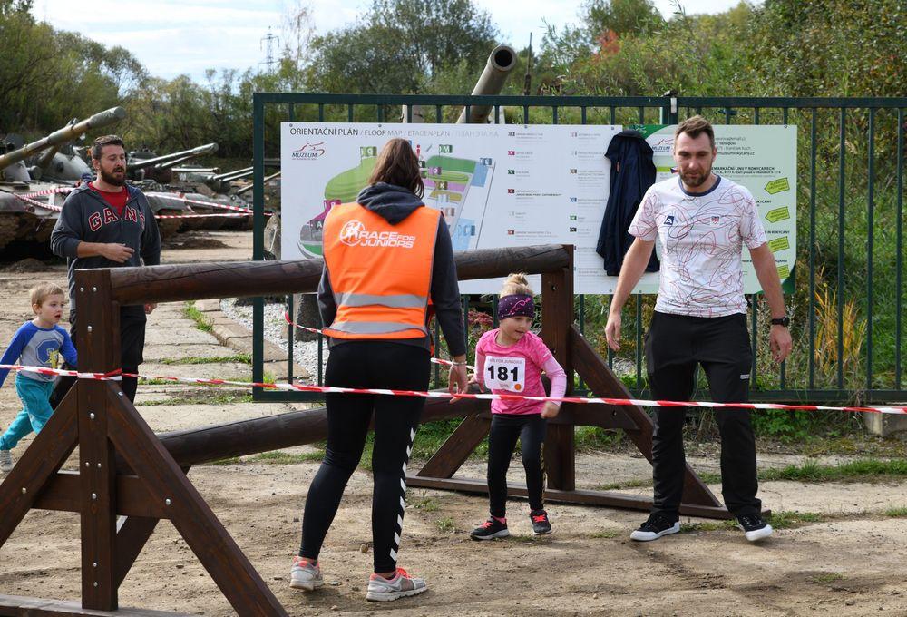 Běžecký-závod-pro-děti-za-podpory-Alfa-Omega-servisu-spol-ve-vojenském-muzeu-v-Rokycanech-pořadatel-spolek-Sport-Stars-zs