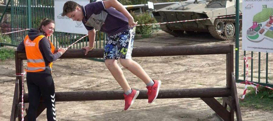 Překážkový běh pro děti, mezi letadly a tanky v Rokycanech.