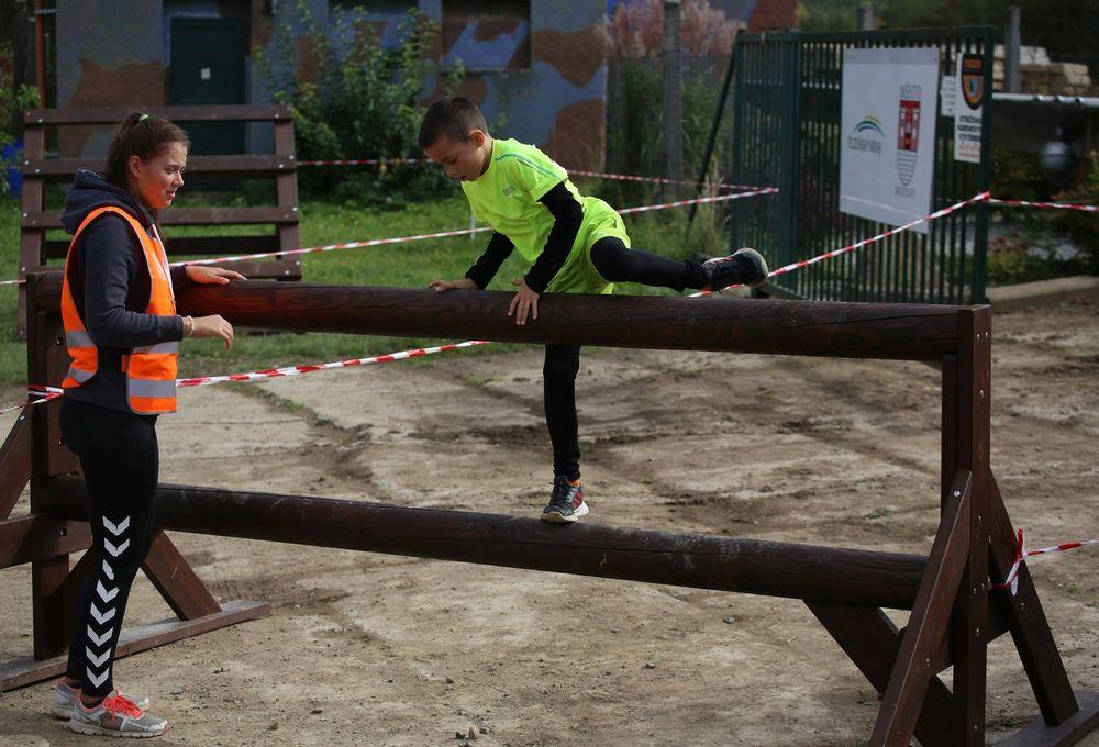 Terénní-běžecký-závod-pro-děti-za-podpory-Alfa-Omega-servisu-spol-ve-vojenském-muzeu-v-Rokycanech-pořadatel-spolek-Sport-Stars-zs-a-spolek-Kukačky-zs